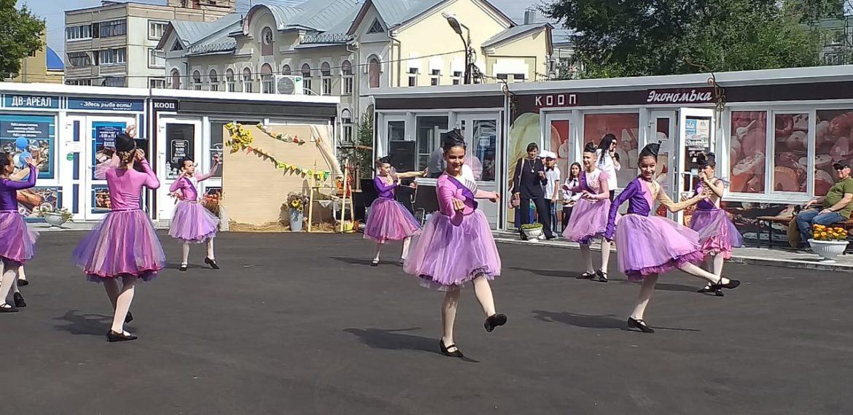 Фермерский дворик встречает своих гостей песнями и танцами